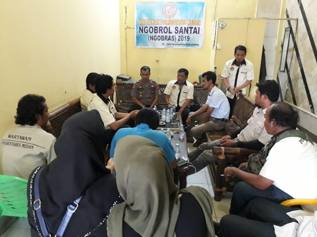 AJAK:Kapolsek Sunggal Kompol Yasir Ahmadi saat ngobrol santai (ngobras) dengan Wartawan Unit Polrestabes Medan di Media Center Jalan HM Said Medan