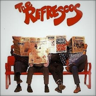 Portada del álbum The Refrescos de 1989. Debajo del texto en letras rojas aparecen cuatro hombres sentados en un banco rojo; sus caras están tapadas por sendos periódicos