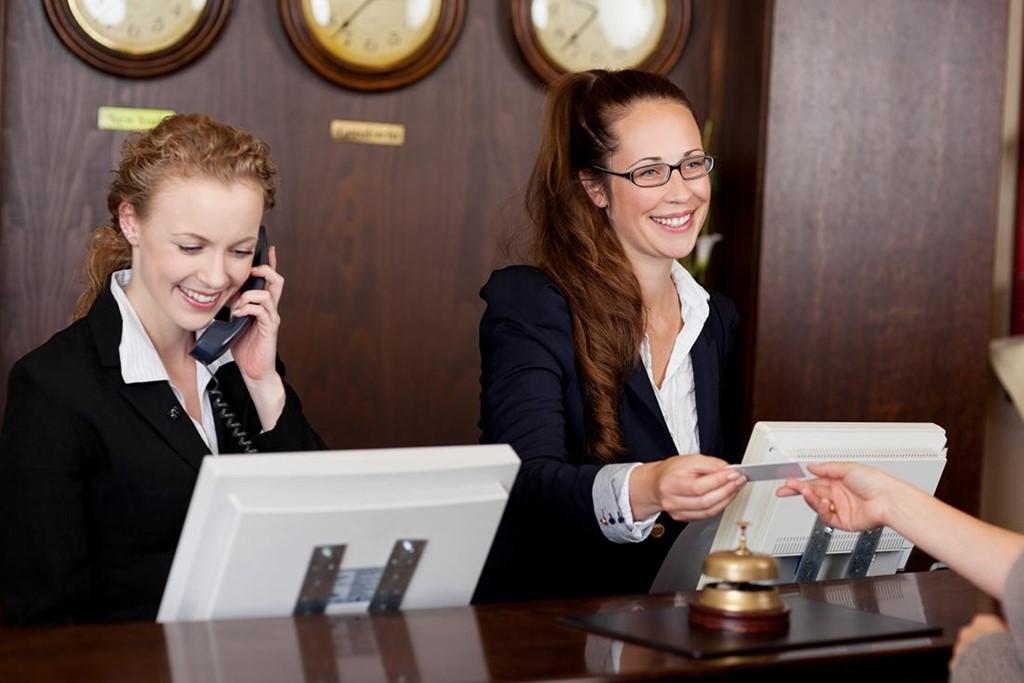 Kết quả hình ảnh cho nhân viên lễ tân khách sạn trả lời điện thoại như thế nào