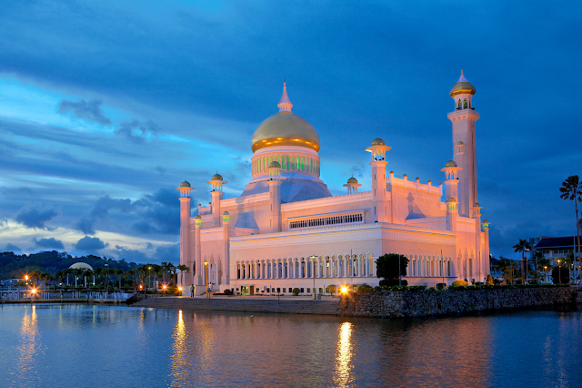 Sultan Omar Ali Saifuddin Mosque at Night