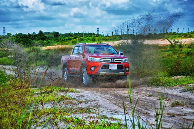 ...mua xe bán tải Toyota Hilux 2016 phiên bản hoàn toàn mới