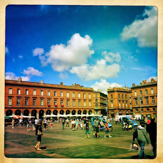 La misma plaza con sol