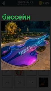 На террасе в вечернее время готов бассейн в виде большого музыкально инструмента виолончель