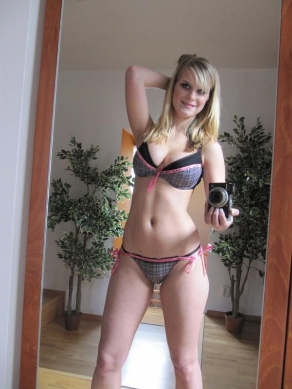 Blonde Schlampe entsaftet im Porno Deutsch auf ihre Titten