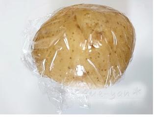 ジャガイモをラップで包んで