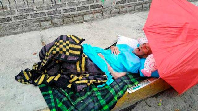 Familiares sacan de hospital a anciano y lo abandonan en una calle de Neza