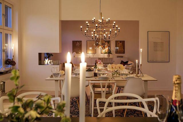 Skandinavisches Zimmer mit gemütlicher Atmosphäre in der Nacht