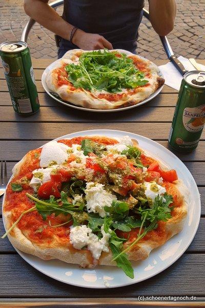 Pizza mit Tomaten. Büffelmozzarella, Rucola und Pesto Genovese