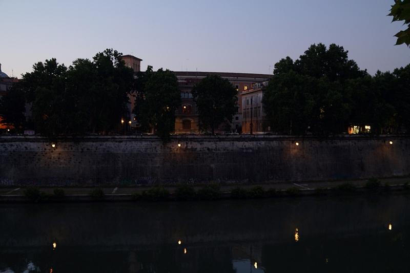 Sommerabend in Rom Tiber Fluss Nacht Laternen Spiegelungen