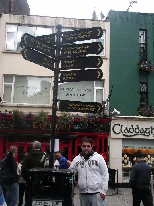 carteles en inglés y gaélico , Galway