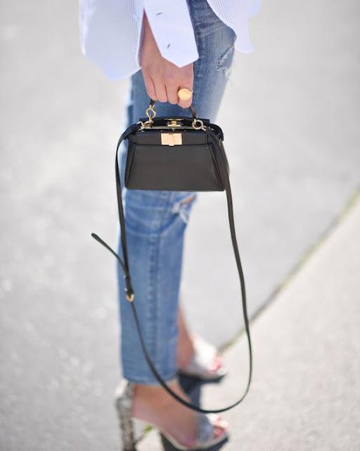 borsa tracolla nera sandali jeans