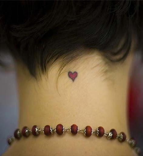 Coracao pequeno desenhos de tatuagens no pescoco para homens e mulheres