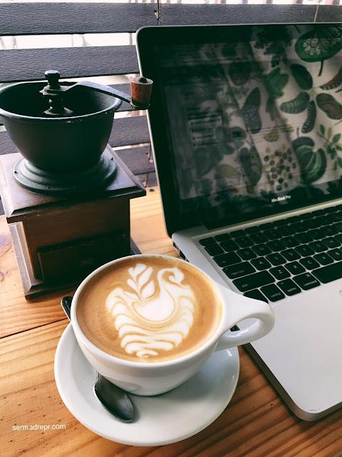 cafe y computadora
