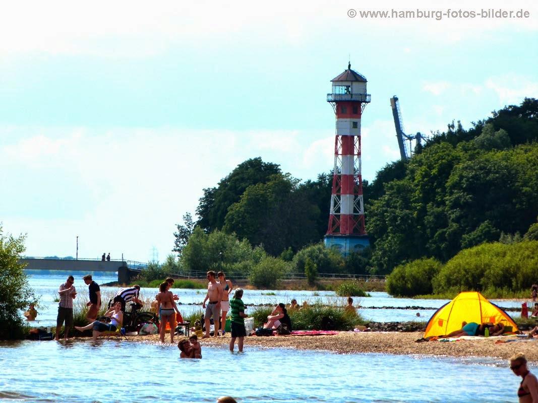 Menschen baden in der Elbe in Hamburg mit Blick auf den Leuchturm am Falkensteiner Ufer