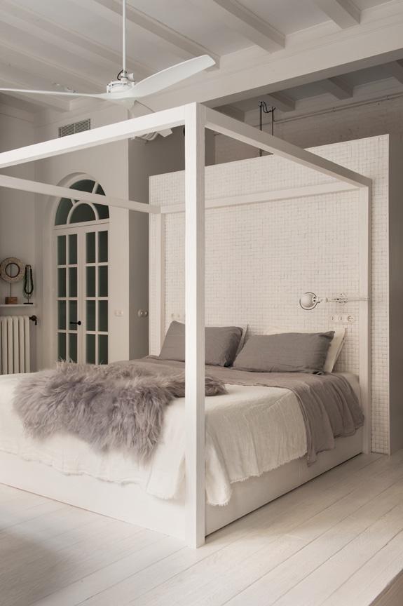 decoracion nordica estilo nordico industrial cama con dosel blanco industrial boho interiorismo alquimia deco barcelona
