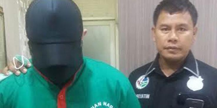 Penyanyi dangdut Ridho Rhoma ditangkap anggota Mapolres Jakarta Barat.