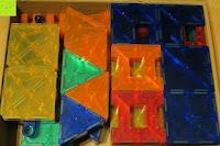 Steine eingepackt: Playbees 100 Teile Magnetische Bausteine Set für 2D und 3D Form Konstruktionen, Regenbogenfarben Magnetspielzeug, Baukasten Magnetspiel, Magnetbausteine