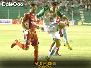 Mauricio Sperduti al momento de rematar para su segundo gol en el partido entre Royal Pari y Oriente Petrolero - DaleOoo