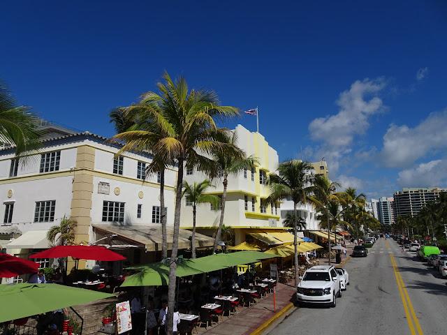 Vista de los edificios Art Deco de la  famosa calle Ocean Drive