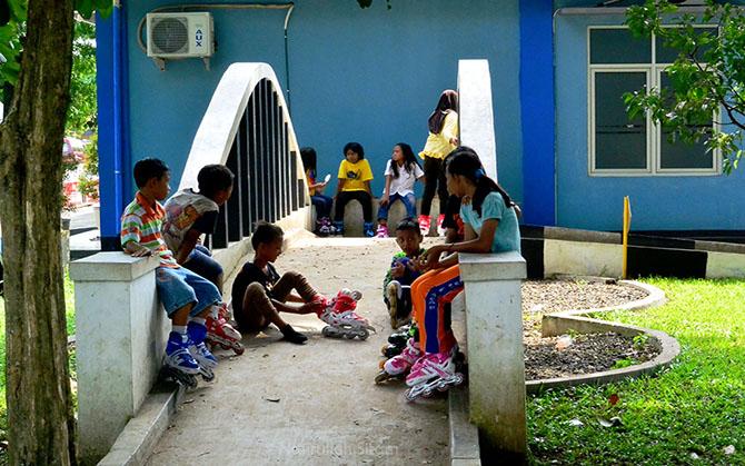 Sekelompok anak sedang istirahat di taman