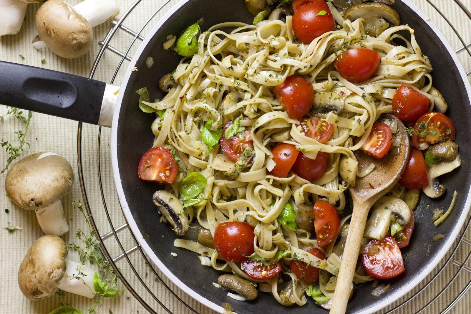 einladung zum essen pasta mit pilzen und kirschtomaten. Black Bedroom Furniture Sets. Home Design Ideas