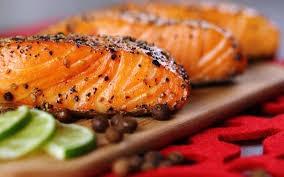 Pescado o salmón asado a la parrilla o a la plancha acompañado de salsa de aguacate.
