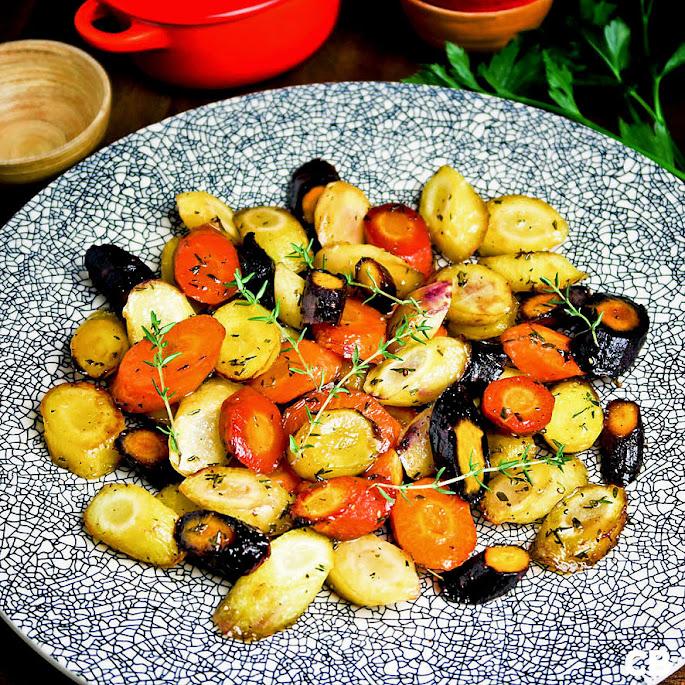 Prachtige regenboogworteltjes uit de oven met honing en tijm