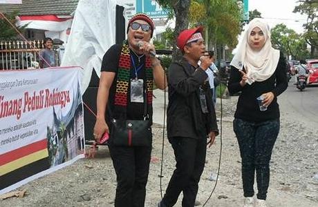 Peduli Rohingya, Seniman Minang Turun ke Jalan