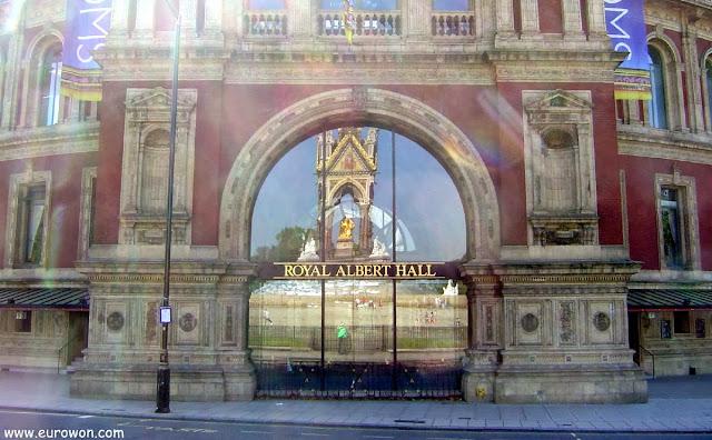 Memorial del Príncipe Alberto reflejado en la puerta del Royal Albert Hall