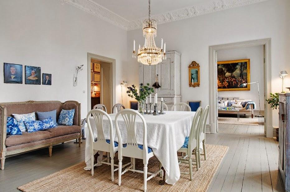 Bello interior de una antigua casa estilo shabby chic for Decoracion de casas antiguas con techos altos