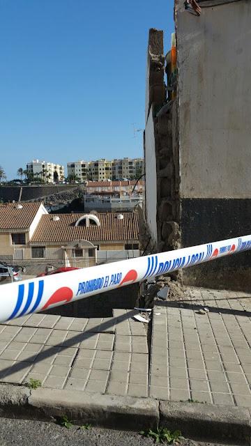 Muro derrumbado de  un solar en la calle Dr. Eustasio Navarro, Las Palmas de Gran Canaria