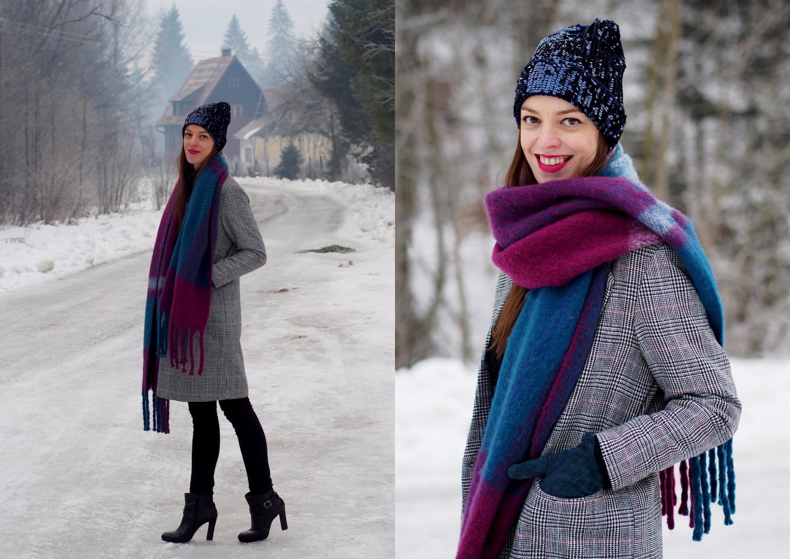 kockovaný kabát a ligotavá čiapka
