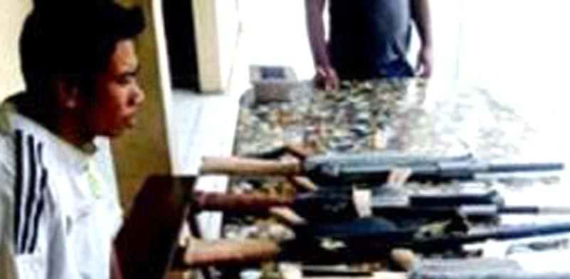 Achmad Bakrie Siregar menunjukkan AK 47 hasil rakitannya.