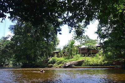 Rumah penduduk di tepi sungai