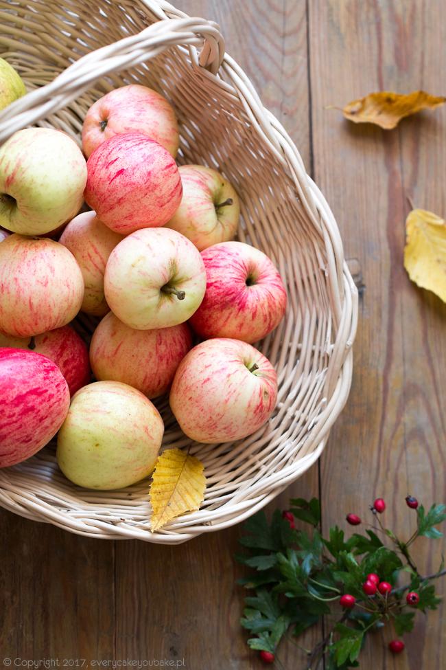pieczone jabłka pod puszystym biszkoptem