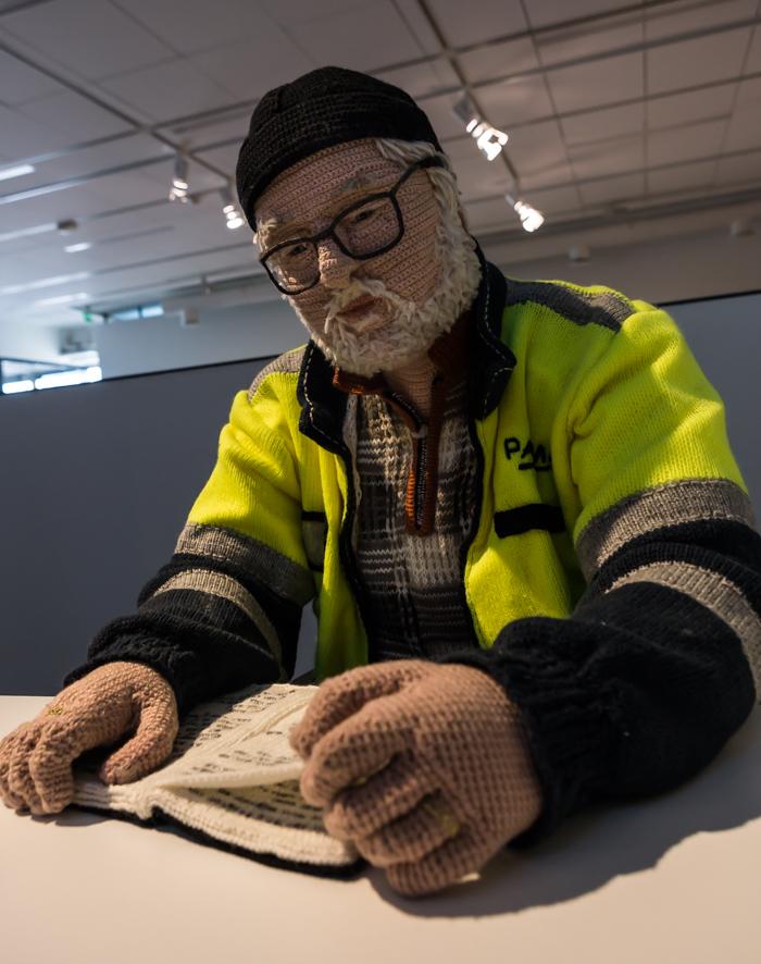 taiteilija Liisa Hietanen Veijo virkattu mies duunari artist