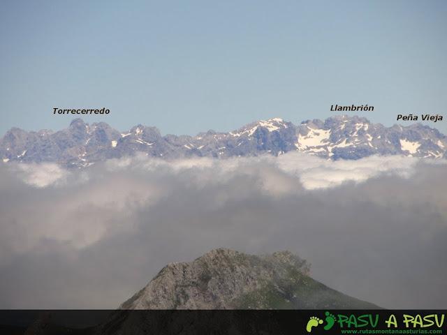 Ruta al Pico Torres y Valverde: Vista de la Torrecerredo, Llambrión y Peña Vieja desde el Torres