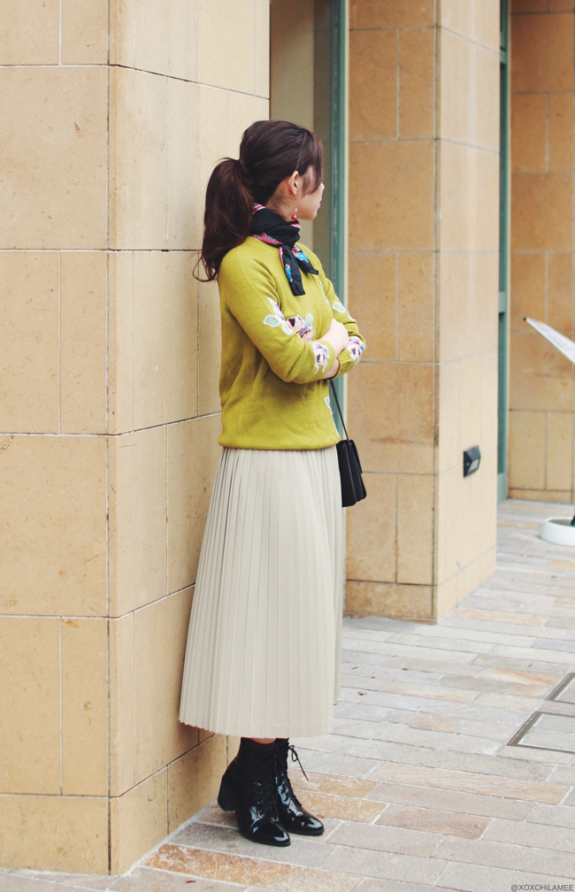 ファッションブロガー日本人、MizuhoK、今日のコーデ、6ks_フラワーワッペンニット、お下がりのプリーツスカート、靴下屋ソックス、Choies_レースアップショートブーツ、首巻きスカーフ、イヤリング、フェミニン大人カジュアルスタイル