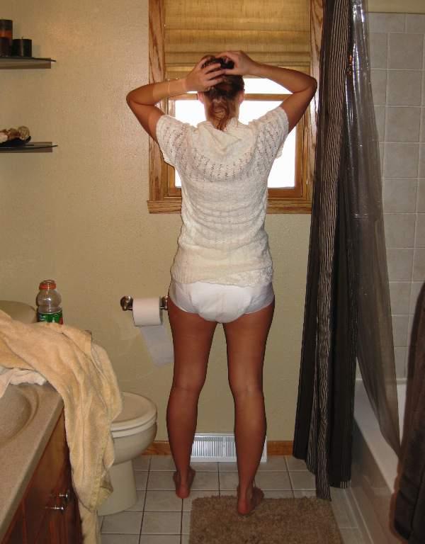 Frauen in windeln und gummihosen