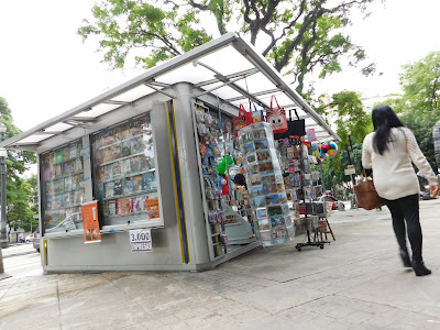 Banca de revista na calçada - perto a entrada do Varanda Copan