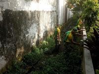 Bersama Masyarakat,Yonbekang 2 Kostrad Bersihkan Lingkungan