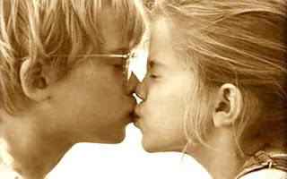 Imagen de un beso de niños pequeños