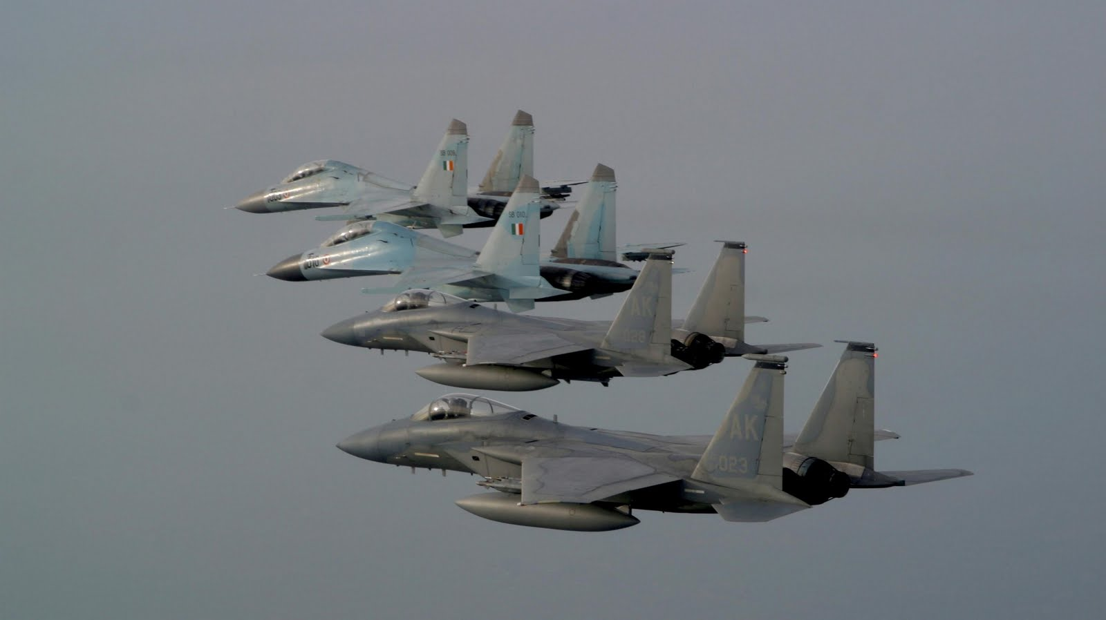 http://4.bp.blogspot.com/-1KmRuMKQFeY/Tgh9ljrE1DI/AAAAAAAAFxk/4FnZNFIzCbA/s1600/f15_strike_eagle_lined_up_with_su-30_mki_aircraft-wallpaper.jpg