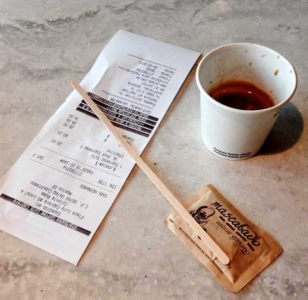 Sólo cinco personas producirían en  un año 12,410 desechos. Veinte  personas 49,640. Y veinte personas  en cien cafés como este producirían  4,964,000 desechos