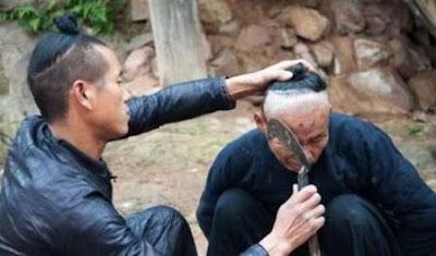Tukang pangkas dan tukang cukur belah kepala pelanggan