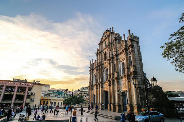 Từng là thuộc địa của Bồ Đào Nha, Macau là nơi duy nhất có các nhà thờ Công giáo tuyệt đẹp cùng các ngôi đền cổ của Trung Quốc. Hầu hết các công trình ở đây đều có kiến trúc phương Đông và phương Tây.