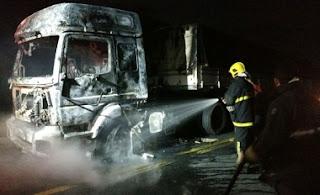 Caminhão pega fogo próximo a cidade de Cubati