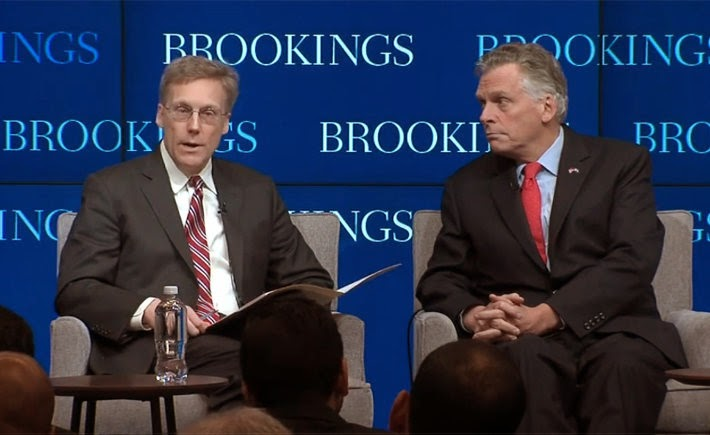 Mark Muro, autor del informe sobre Industrias Avanzadas de Estados Unidos, habla con el gobernador de Virginia, Terry McAuliffe, sobre el futuro de estas industrias. (Foto: The Brookings Institution)
