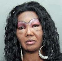 Hässliche Frau mit schrecklich aufgemalten Augenbrauen lustig