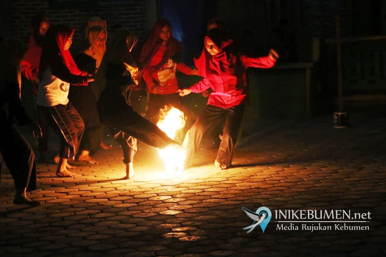 Ngeri! Santriwati di Ponpes Al Hasani Main Sepakbola Api